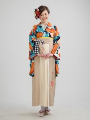 KIMONO ¥30,000(税抜)紅一点 HAKAMA ¥20,000(税抜)有村架純 TOTAL ¥50,000(税抜)