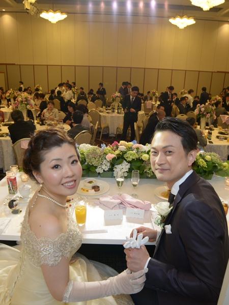 ウェディングドレスに選ばれたのは、「アトリエ アイメ」シルクのドレスです。 アトリエアイメはイタリアのウェディングのリーダー的ブランド。 インポートのブランドはどちらかと言えば、シンプルでかっこいいというイメージですが、アイメのドレスは、どれも華やかでファンタジーな世界観を持っています。 ラブリーな世界観が日本の花嫁にピッタリ、という事で長年アイメのドレスを取り扱っています。 今回稚乃さんが選ばれたドレスは、ゴールドが効いた柔らかなドレス。 風になびく柔らかな風合いはシルクならではのもの。オフショルダーに使われるリバーレースが、クラシカルでエレガントな花嫁を演出します。