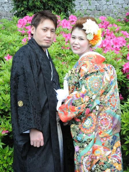 素敵なお写真が届きましたので、ご紹介させて頂きます。 八代からご来店頂きました、倉井様ご夫妻です。 新婦、智子様が選ばれた色打掛。 池田屋の中でも群を抜いて豪華な打掛です。 長い歴史と共に受け継がれてきた池田屋の衣裳は、現在では手に入れる事の出来ない日本の伝統技術が織り込まれた貴重な衣裳です。 この打掛も玉結びのようなもので絵柄を作り出す格調高い刺繍、「相良刺繍」が全面に施された大変貴重な物になります。幾重にもの施された刺繍は様々な表情を見せてくれます。