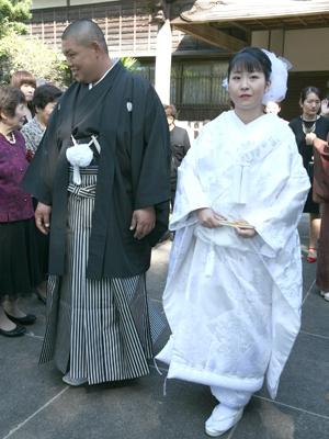 """新郎様は黒の古典的な紋服、新婦様は鶴と御所車をあしらった総柄の織の白無垢をお召しになられました。 これぞ""""和婚""""の正統派スタイルです。"""