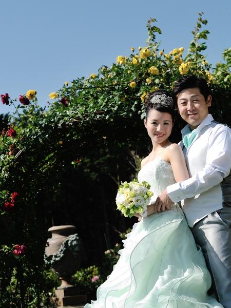 アイメのドレスに合わせて、新郎様のtieやchiefもあわせていきます。 こちらの会場ではドレスに合わせたトータルコーディネイトをかなえる事ができます。 初夏の風になびく柔らかなドレスがとても素敵でした。  森田様ご夫妻はこの後、熊本市内のホテルでも披露宴を行われ、 アイメとは全く違った魅力を持つ、「stella」のドレス達を着て頂きました。 どちらのドレスもサラリと着こなす新婦様、それを優しい眼差しで 見つめる新郎様、お二人の温かな雰囲気は これから紡ぎだされる暖かいご家庭を物語っているようでした。 当店を選んで頂き、ありがとうございました。