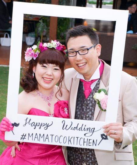 私達に希望の光をさしてくれた素敵な結婚式の写真が届きましたのでご紹介致します。 菊池市の「ママトコキッチン」で結婚式をあげられた松岡様です。 柔らかな日差しのもとで微笑まれているお二人はこちらの【ママトコキッチン】で 結婚式を挙げられた初めてのお客様だそうです。