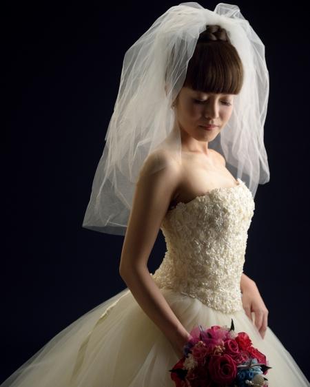 そして洋装。ウェディングドレスに選ばれたのは、「アトリエ アイメ」シルクのドレスです。 アトリエアイメはイタリアのウェディングのリーダー的ブランド。 インポートのブランドはどちらかと言えば、シンプルでかっこいいというイメージですが、アイメのドレスは、どれも華やかでファンタジーな世界観を持っています。 ラブリーな世界観が日本の花嫁にピッタリ、という事でIKEDAYAでは長年アイメのドレスを取り扱っています。 スタジオで撮影された写真はライティングやポージングで 作り込まれ、スタジオならではのドラマチックな写真となっています。